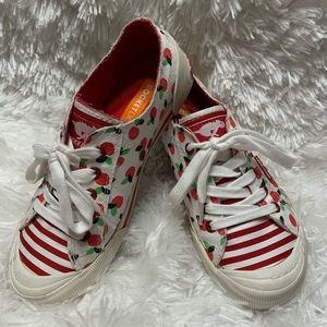 Rocket Dog Sz 7.5 White Canvas Shoes w/Red Apples